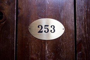 Talon numerokyltti messingistä valmistettuna.