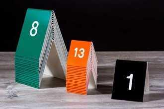 Taivutetut numerokyltit ovat kätevät pöydällä.