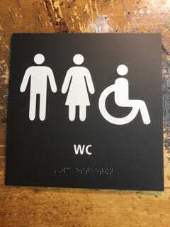 Braille wc-kyltti pistekirjoituksella.
